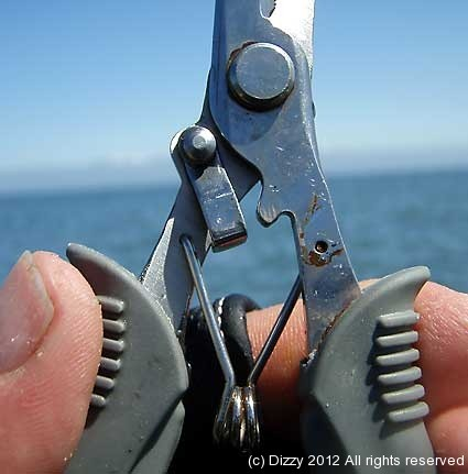 The jaws of the pliers can be locked shut